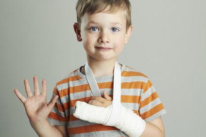 Dieťa s rukou v sádre