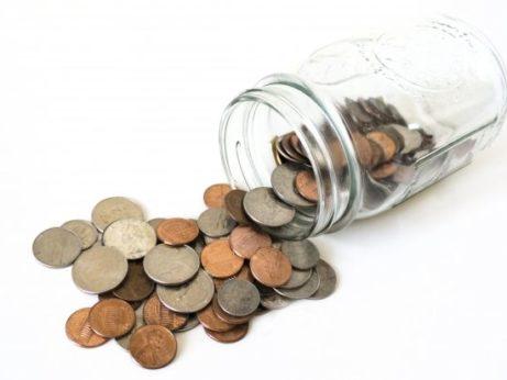 Vysypané peniaze z nádoby
