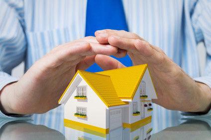muž rukami chráni dom