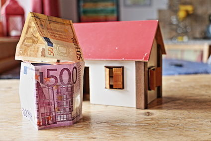 domček s 50 euro bankovkou